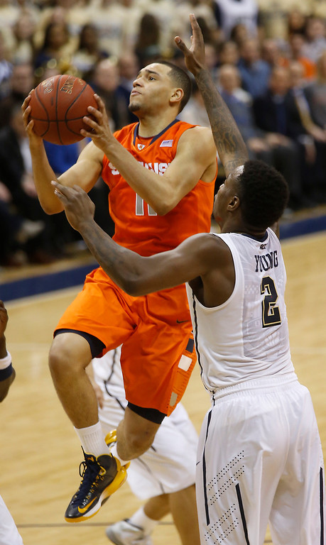 Description of . Syracuse's Tyler Ennis (11) shoots past Pittsburgh's Michael Young (2) during the second half of an NCAA college basketball game on Wednesday, Feb. 12, 2014, in Pittsburgh. (AP Photo/Keith Srakocic)